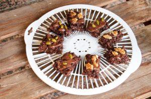 Rohe vegane Brownies mit Kakaonibs