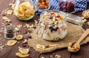 Frühstücks-Müsli mit Kakaonibs