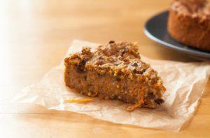 Veganer Karotten-Kuchen in der Kakaonibs-Variante